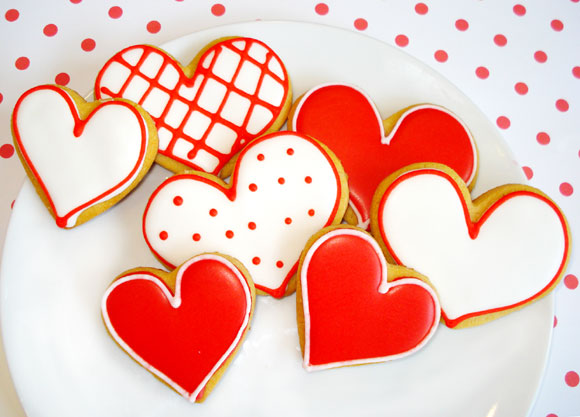 Galletas en forma de corazón con motivos rojos y blancos