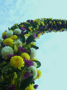 Arco grande tupido con flores