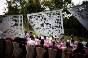 El banquete, tras una guirnalda hecha a mano.