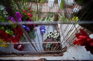 Detalles florales y velitas en una vieja jaula.
